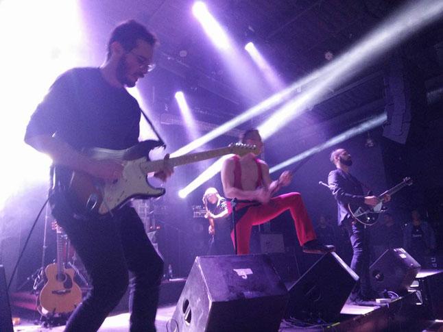 להקת רוקוויל במופע אנרגטי משירי להקת קווין